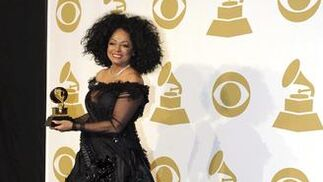 La cantante estadounidense Diana Ross posa con su galardón a la trayectoria. / EFE