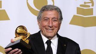 El cantante estadounidense Tony Bennett posa con sus dos premios Grammy. / EFE