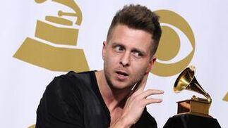El productor Ryan Tedder posa con su galardón al mejor álbum del año por el disco '21' de Adele. / EFE