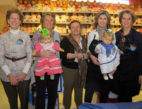 Carmen Rincón, Carmen Medina, María del Carmen Gil, Ana Delgado y Milo Navarro, en la Tómbola del Rastrillo.  Foto: Victoria Ramírez