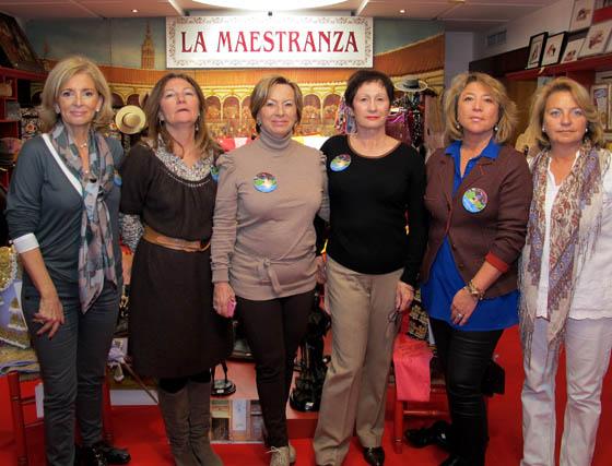 Josefina Sánchez, María Luisa Ceballos, María Antonia Marca, Eliane Martín, Cristina González-Palomino y Carmen Romero, del puesto 'La Maestranza'.  Foto: Victoria Ramírez