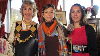 La diseñadora de joyas Rocío Porres, la pintora Inés Loring y Águeda Blancas, en el puesto de Rocío Porres.  Foto: Victoria Ramírez
