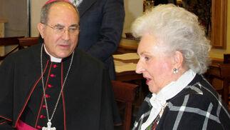 El arzobispo de Sevilla, Juan José Asenjo conversa con la infanta doña Pilar de Borbón.  Foto: Victoria Ramírez