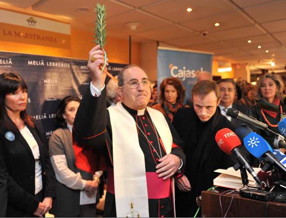 El arzobispo de Sevilla, Juan José Asenjo, bendiciendo el Rastrillo.