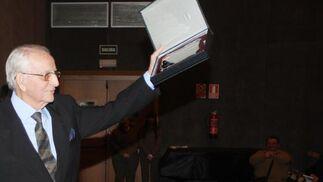 Juan Vázquez levanta la placa con la que se le galardonó  Foto: Paco Guerrero