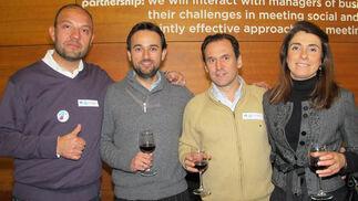Ramón Ramón, uno de los organizadores de Catas y Tuits; Juan Tubía (Airbus Military), Jesús Bores (Boleo Global) y Juana Leal (Casa Tinoco).  Foto: Victoria Ramírez