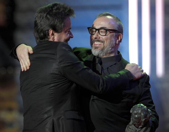 Álex de la Iglesia entrega el Goya a mejor director a Enrique Urbizu  Foto: EFE