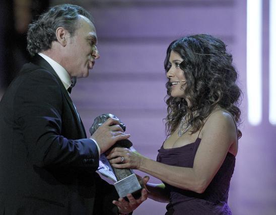 José Coronado recibe el premio a mejor actor de manos de Salma Hayek  Foto: EFE