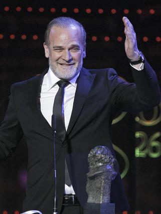 Lluís Homer con su premio  Foto: EFE