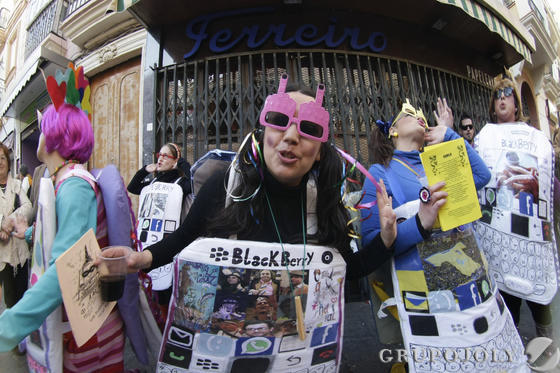 Las calles se llenan de agrupaciones oficiales e ilegales que reciben el aplauso de aficionados que logran disfrutar de una fiesta menos concurrida que la del domingo  Foto: Julio Gonzalez