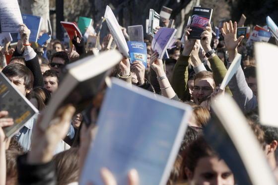 """Manifestantes muestran lo que denominaban """"armas ante la Policía"""".  Foto: efe/afp/reuters"""