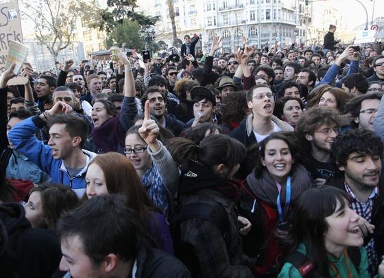 Miles de personas se manifiestan tras las duras cargas policiales.  Foto: efe/afp/reuters