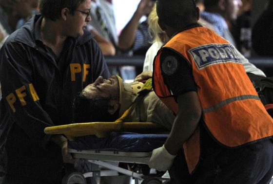Los servicios médicos y la Policía trasladan a un herido.  Foto: AFP Photo/ Reuters