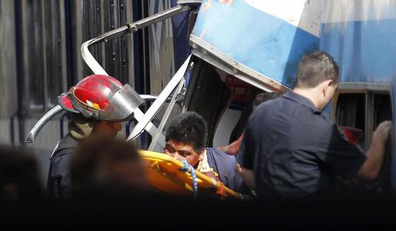Los servicios de rescte tratan de sacar a un herido.  Foto: AFP Photo/ Reuters
