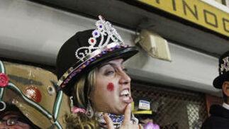 El Carnaval se traslada al barrio de El Pópulo en una noche en la que las ilegales son las protagonistas.  Foto: Lourdes de Vicente