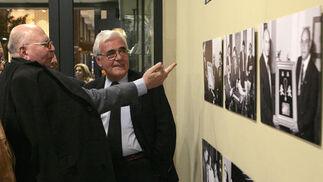 Adolfo Arenas y Carlos Colón comentan algunas de las imágenes de la exposición.  Foto: Juan Carlos Muñoz