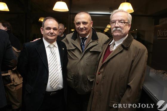 Andrés Martín, consejero de la sección de Gloria y los pintores Luis Rizo y Daniel Puch Rodríguez-Caso.  Foto: Juan Carlos Muñoz