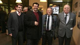 Antonio Iglesias, José Miguel Fernández e Ignacio Pérez de los Santos, del Museo, con el presidente del Consejo, Adolfo Arenas.  Foto: Juan Carlos Muñoz