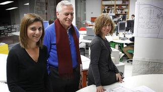 Ángel Asenjo, entre su hija Cristina (izq.) y Elena Sánchez, coordinadora.   Foto: Málaga Hoy