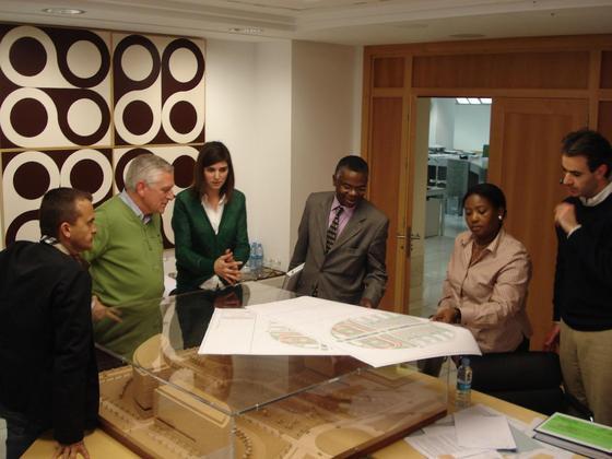 Visita al estudio de las autoridades nigerianas.  Foto: Málaga Hoy