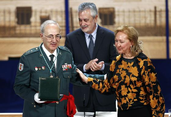 José Fernández Ortega, recibe su Medalla de Andalucía.  Foto: Antonio Pizarro