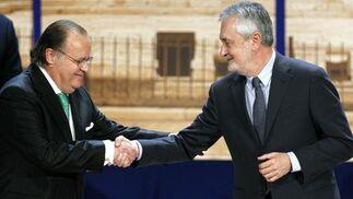 Griñán da la mano a Florencio Aguilera tras recibir su Medalla.  Foto: Antonio Pizarro