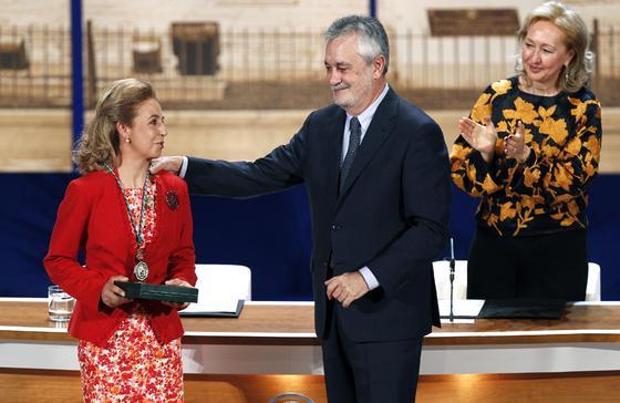 Francisca García Ramírez recibe su Medalla de Andalucía.  Foto: Antonio Pizarro