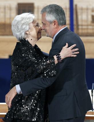 Josefina Molina recibe el abrazo de Griñán.  Foto: Antonio Pizarro