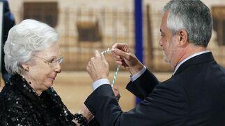 Josefina Molina recibe la medalla que le otorga el galardón de Hija Predilecta de Andalucía.  Foto: Antonio Pizarro