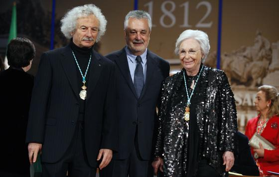 El Brujo, Medalla de Andalucía, junto a Griñán y Molina.  Foto: Antonio Pizarro