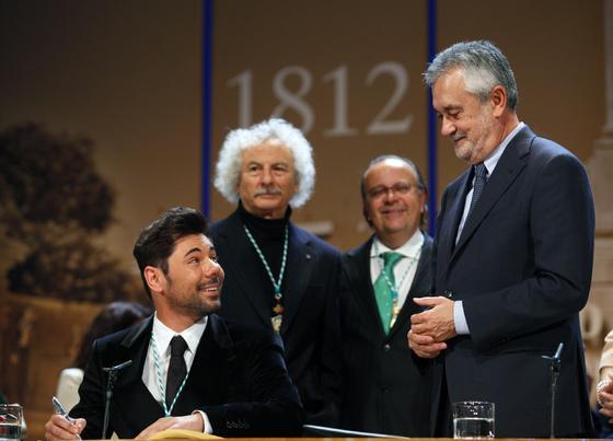 Poveda mira a Griñán con El Brujo tras él.  Foto: Antonio Pizarro