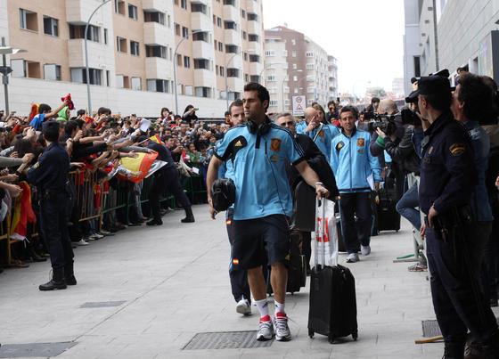 Los jugadores de la selección española poco antes de acceder al hotel de concentración en Málaga.   Foto: Migue Fernandez