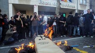 Unos manifestantes queman un muñeco y un ataúd de cartón.  Foto: AFP Photo