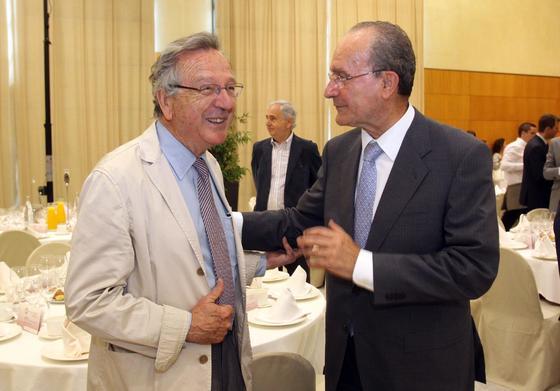 El arquitecto dialoga con el alcalde de Málaga, Francisco de la Torre.  Foto: Javier Albiñana y Miguel Fernández