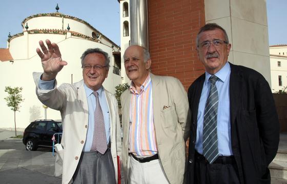 Moneo explica a los arquitectos José Seguí y Carlos Hernández Pezzi cómo será su proyecto en la margen izquierda del Guadalmedina.  Foto: Javier Albiñana y Miguel Fernández