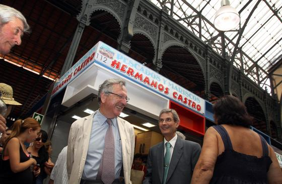 El premio Pritzker se interesó por conocer el mercado de Atarazanas tras la conferencia.  Foto: Javier Albiñana y Miguel Fernández