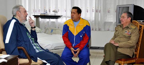 Chávez junto a los hermanos Castro para recibir tratamiento de su cáncer.  Foto: Efe/AFP/Reuters