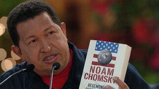Chávez muestra un libro de Chomsky.  Foto: Efe/AFP/Reuters