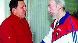 Hugo Chávez con Fidel Castro.  Foto: Efe/AFP/Reuters