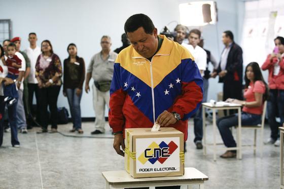 Hugo Chávez votando en los comicios venezolanos.  Foto: Efe/AFP/Reuters