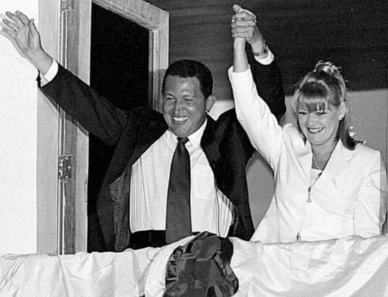 Hugo Chávez con su esposa tras llegar al poder en 1999.  Foto: Efe/AFP/Reuters