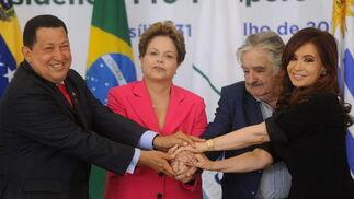 Uno de los últimos actos públicos de Chávez: en ella da la mano a Roussef, Mújica y Fernández.  Foto: EFE
