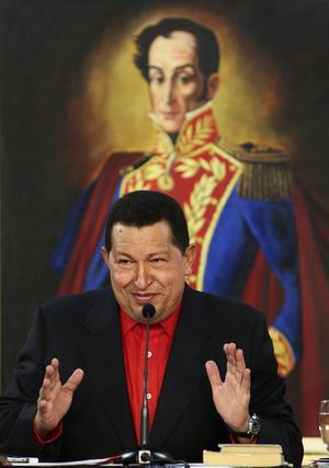 Chávez con un retrato de Simón Bolívar al fondo.  Foto: Reuters