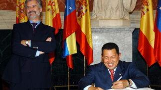 El presidente venezolano firma el libro de visitas del Congreso en su visita a España en 2004 ante el entonces presidente de la Cámara Baja, Manuel Marín.  Foto: EFE