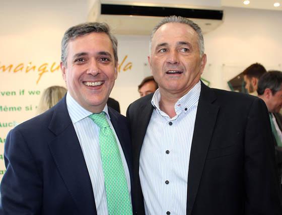 Gabriel Dronda (Coca-Cola) con Rafael Gordillo, presidente de la Fundación del Real Betis Balompié.   Foto: Victoria Ramírez