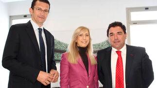 El ex jugador y actual directivo del Cajasol, Raúl Pérez, con los consejeros del Sevilla FC, Piedad María Parejo-Merino y Ramón Somalo  Foto: Victoria Ramírez