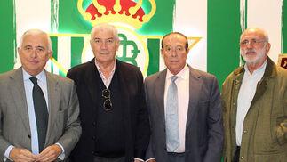 José Manuel Castro, secretario de la Fundación del Betis; el exjugador bético Rogelio Sosa Ramírez, el torero Curro Romero y Fernando Vázquez.  Foto: Victoria Ramírez