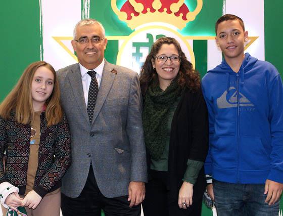 El rector de la Universidad de Sevilla, Antonio Ramírez de Arellano, con su esposa, Madelyn Marrero, y sus hijos Antonio y Rosa Ramírez de Arellano.   Foto: Victoria Ramírez
