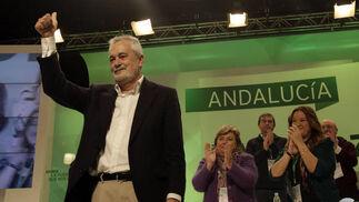 José Antonio Griñán recibe la ovación de los asistentes.  Foto: L. Rivas