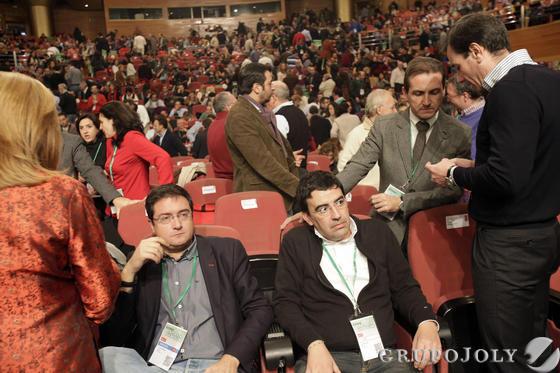 Óscar López y Mario Jiménez esperan a que comience el congreso.  Foto: L. Rivas